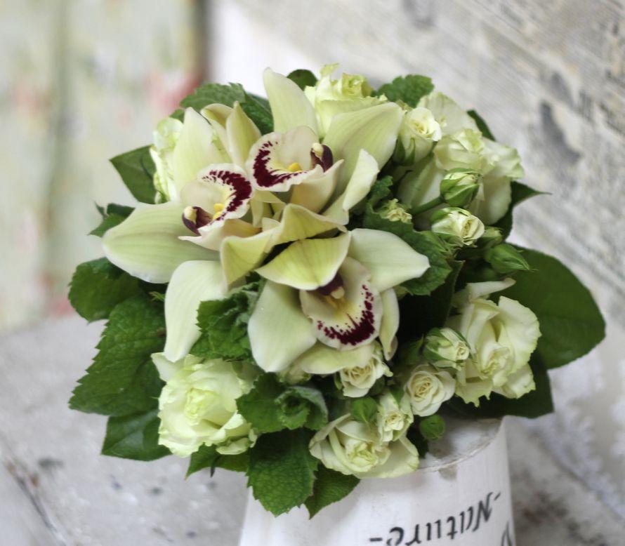 Букет цветов, букет невесты зеленые орхидеи и розы