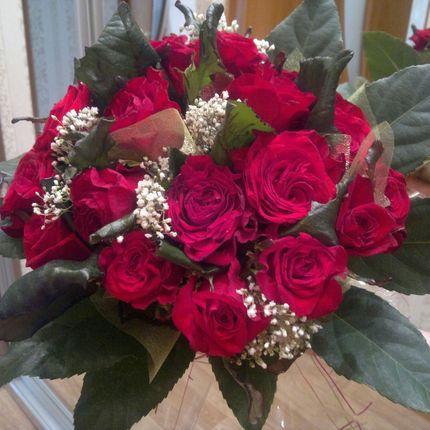 Букет подарочный 25 роз и зелень