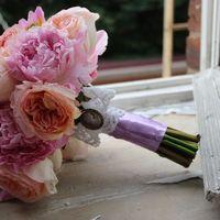 """Свадебный букет """"Английский сад"""". Пионы и пионовидные розы, кружево, бант украшен камеей."""