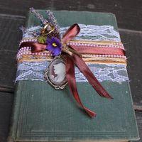 Старинная книга, как подушечка для колец