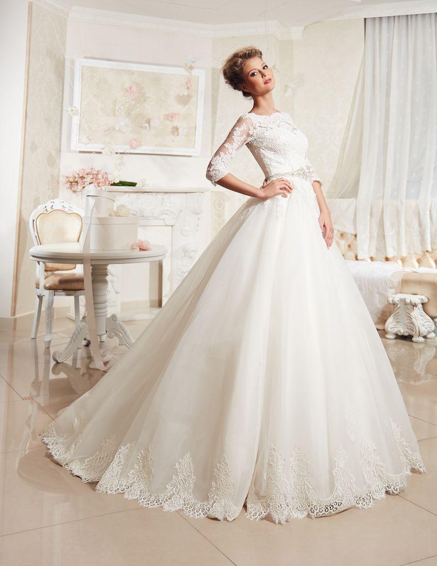 Невеста в пышном платье цвета айвори со шлейфом  и кружевной отделкой на подоле, корсет также выполнен из кружева  - фото 3549383 Невеста01