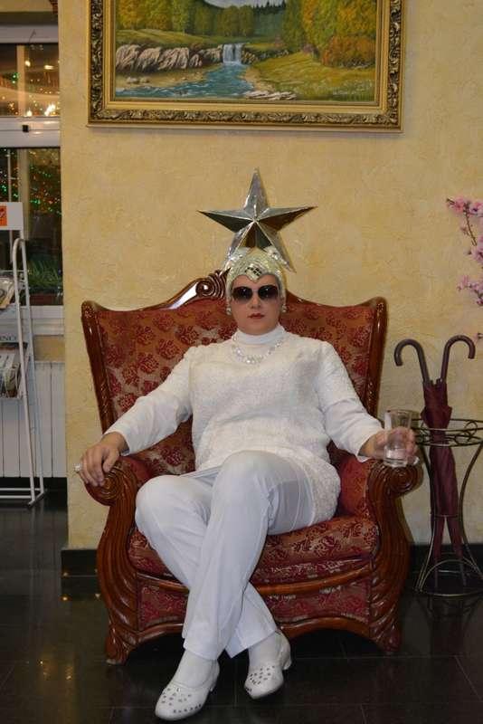 """Артист в образе Верки Сердючки в белоснежном наряде, на голове серая звезда. - фото 2907523 Праздничное шоу """"У Вас в гостях Верка Сердючка"""""""