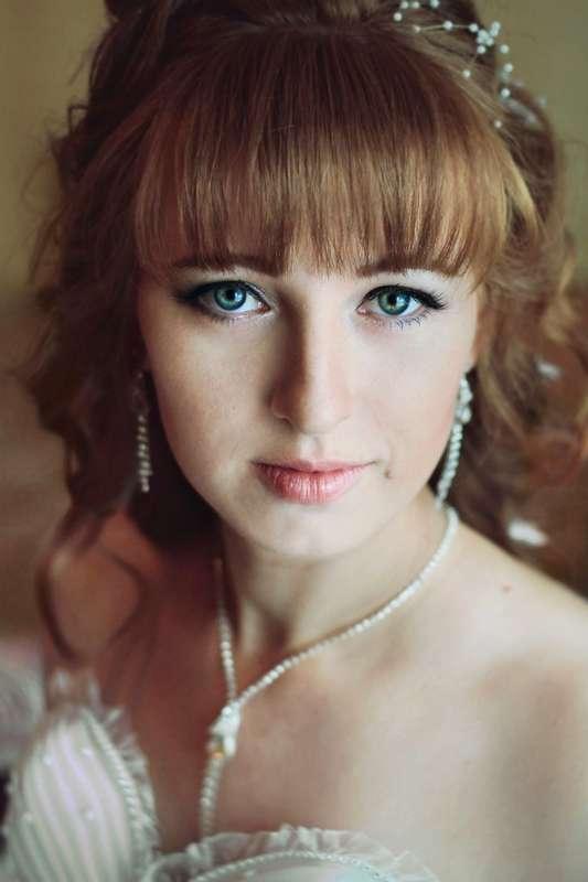 Невеста с прической из пышных распущенных локонов с приподнятой челкой, с классическим макияжем - фото 2908963 Фотограф Екатерина Олуфёрова