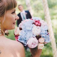 Букет невесты из голубых гортензий, белых и розовых роз, розовых пионов и ягод рубуса