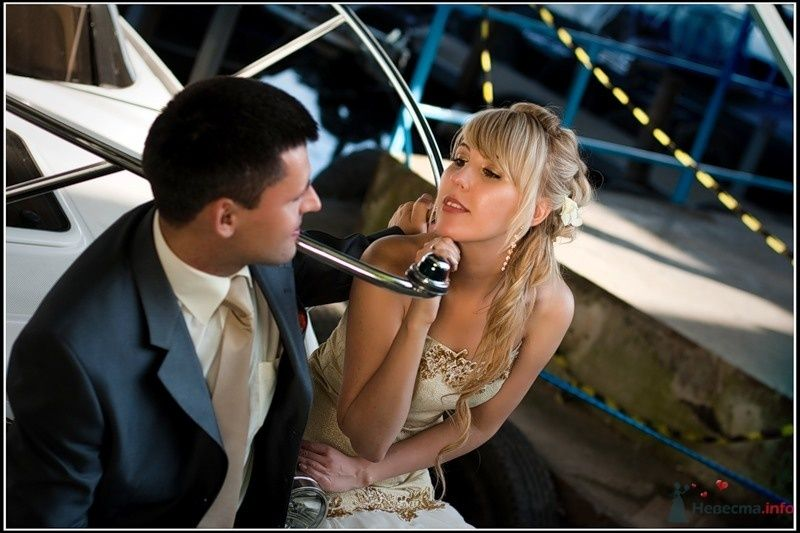 Жених и невеста, прислонившись друг к другу, сидят и смотрят друг на - фото 33338 tsarina