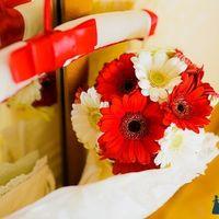 Букет невесты из красных и белых гербер
