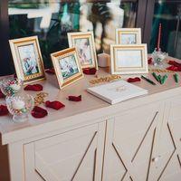 Стол с фотографиями с Love Story