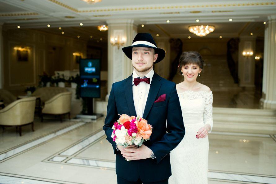 Образ жениха для свадьбы в американском стиле: чёрный смокинг, белая рубашка, бордовый галстук-бабочка, чёрная шляпа с белой - фото 3434715 Алена Шнайдер