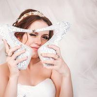 Невеста с парой светло-серых туфель