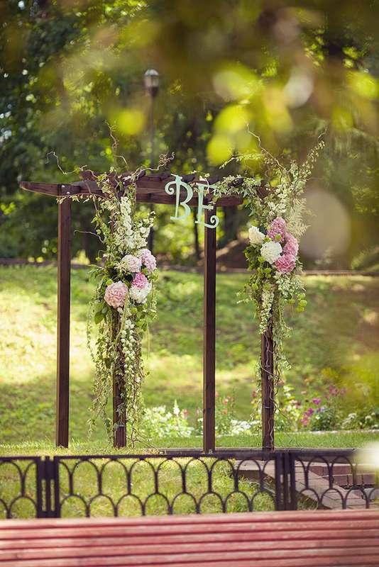 Свадебная квадратная арка для выездной церемонии на природе, украшенная цветами - фото 3051603 EkaterinaTeb