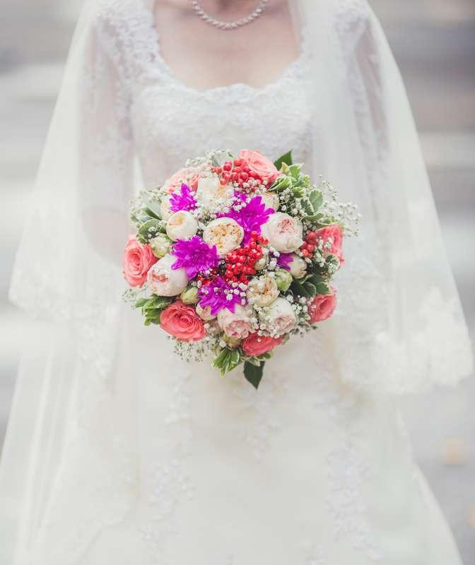 Букет невесты в круглом стиле из белых гипсофилы, зеленого лигуструма, красных ягод, ярко-розовых хризантем, светло-розовых и - фото 3032785 Фотограф Леонид Евсеев