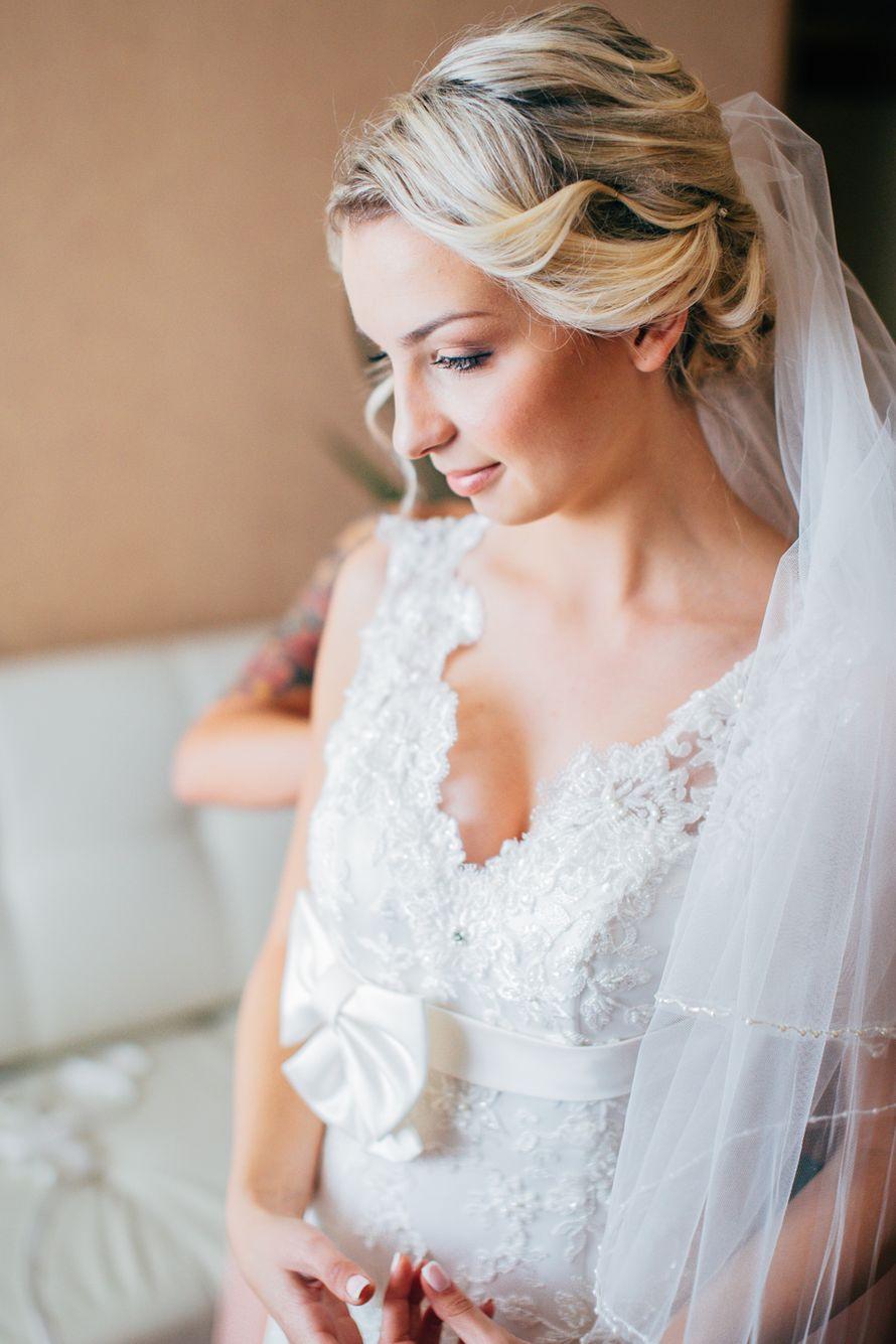 Невеста с прической из локонов собранных на затылке, с легким макияжем в коричневом тоне - фото 3054001 Фотограф Леонид Евсеев