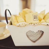 Подарки для гостей - драже в индивидуальных стильных коробочках.