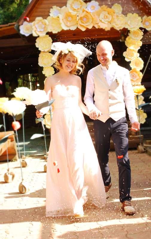 """Необычно трогательная выездная регистрация, оформленная бумажными цветами арка и розы на ножках. - фото 4717029 Студия  декора """"Детали"""""""