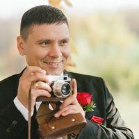 Жених с ретро фотоаппаратом