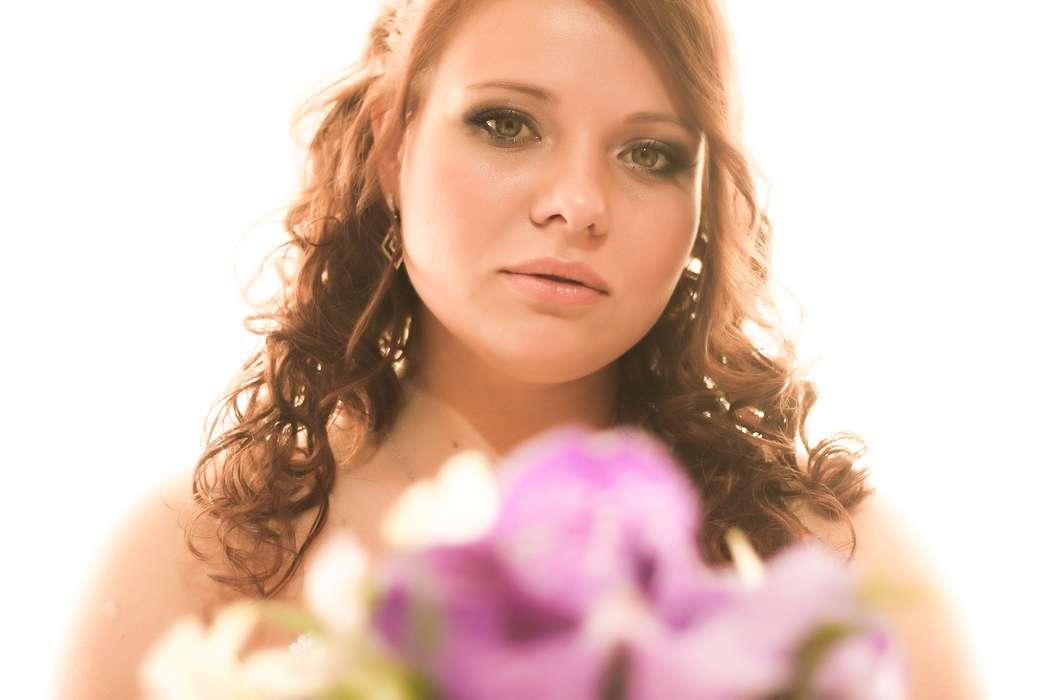 Невеста с прической из полу распущенных локонов, собранных на затылке, с классическим макияжем в зеленом тоне - фото 3075385 Фотограф Алиса Безукладникова