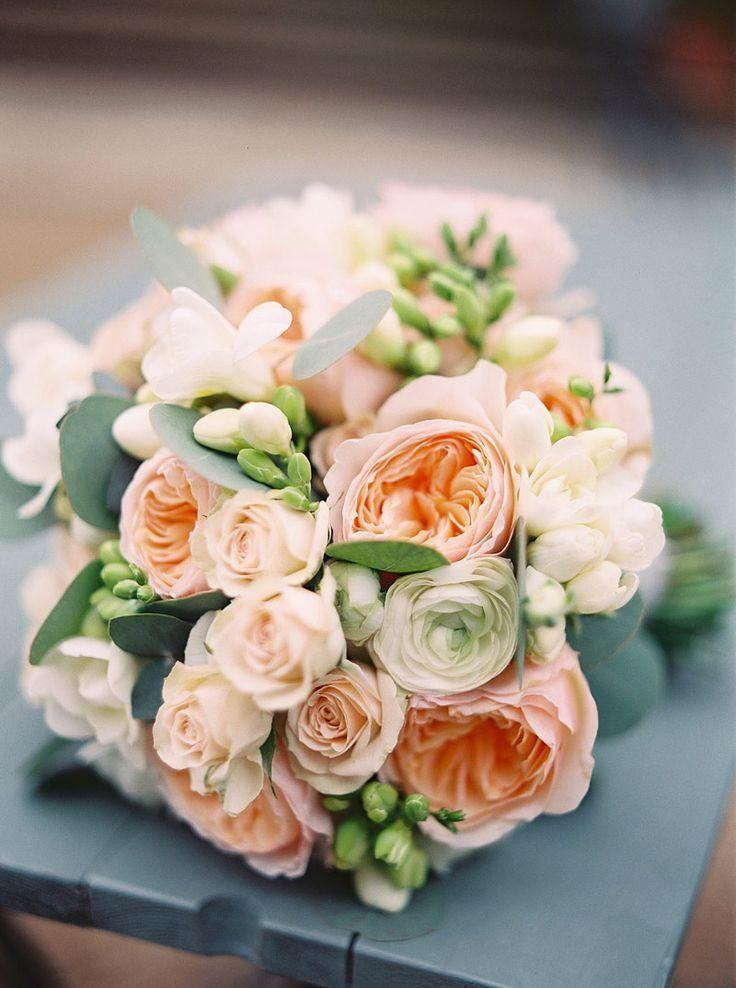 Букет невесты из розовых пионовидных роз, белых фрезий и зеленого эвкалипта - фото 3099701 Цветочная мастерская Екатерины Ширяевой