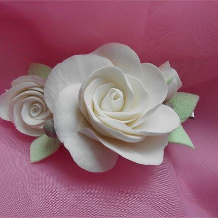Зажим с белыми розами в прическу
