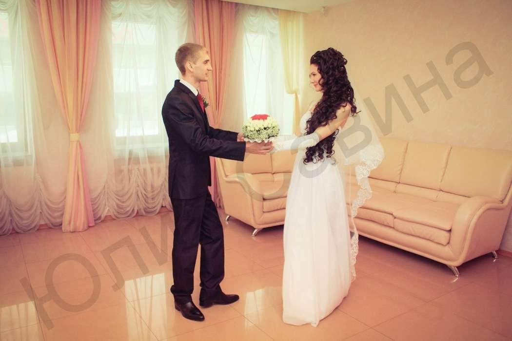 Утонченное платье из белого шифона с ручной вышивкой под грудью на прекрасной невесте Юлии. - фото 14892568 Свадебный салон Юлии Савиной