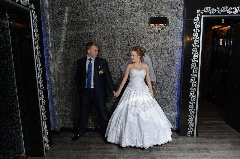 Шикарное платье на невесте Татьяне! Материал Taffeta, вышивка и кружево ручной работы, украшено стразами и бисером класса люкс (Чехия). - фото 14892580 Свадебный салон Юлии Савиной