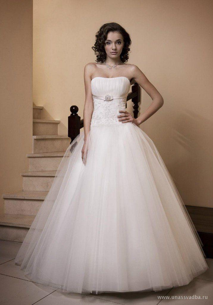 в наличии в белом цвете, размеры 42, 44, 44-46, цена 18000р - фото 14892772 Свадебный салон Юлии Савиной