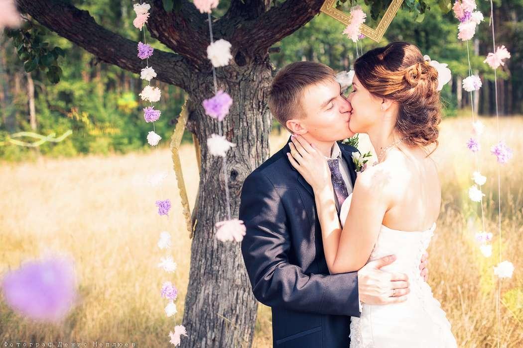 Жених и невеста, прислонившись друг к другу, стоят под деревом, украшенным гирляндами - фото 3650749 Свадебный фотограф Денис Неплюев