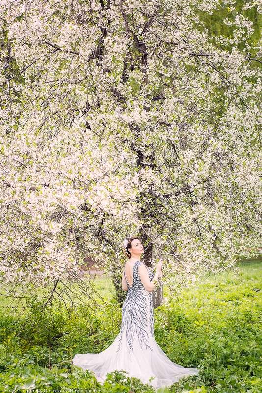 Девушка в длинном платье стоит возле цветущего дерева - фото 3650769 Свадебный фотограф Денис Неплюев