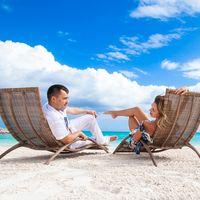 жених и невеста, съемка в Доминикане,  пляж Кап-Кана, лежак