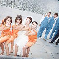 Невеста с подружками в оранжевом и жених с друзьями в голубом