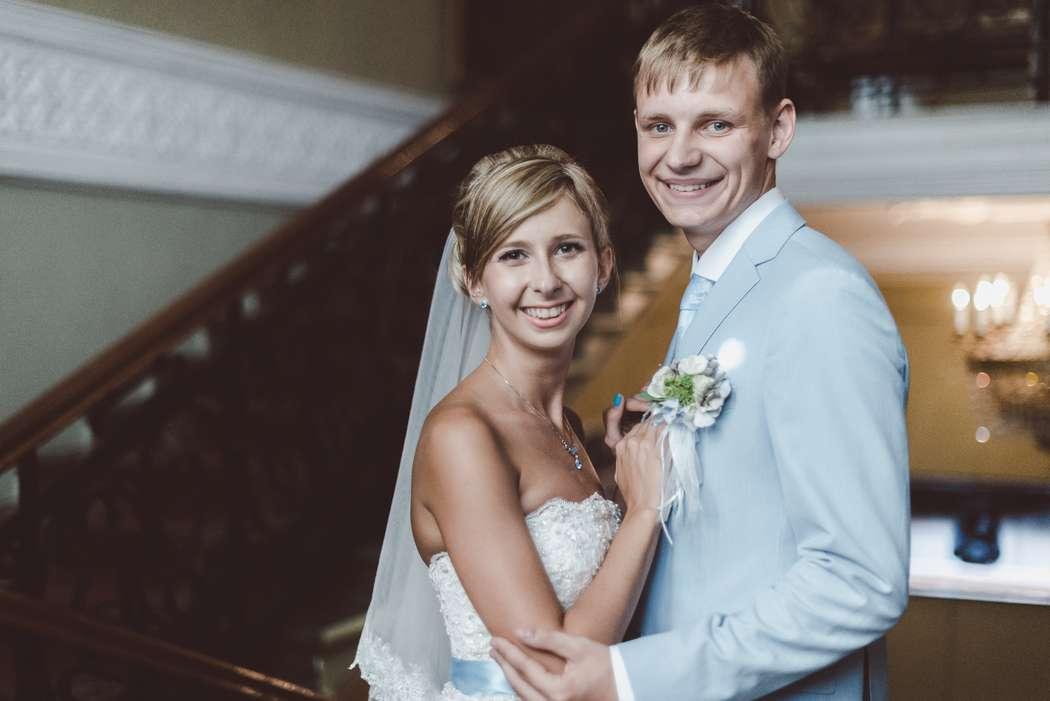Голубой костюм двойка с белой рубашкой и голубым галстуком - фото 3267703 Фотограф Демьянова Илона