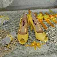 Здесь изображены:туфли,подвязка,пригласительный на свадьбу,подушечка для колец,браслеты на руки подружкам невесты=)