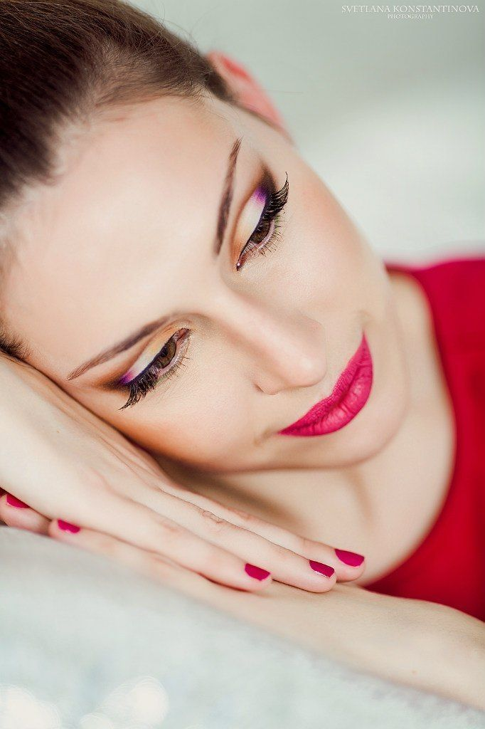 невеста с прической из собранных волос, с ярким макияжем, на глазах желтые и сиреневые перламутровые тени, на губах ярко розовая - фото 3338295 Визажист Евгения Андреева