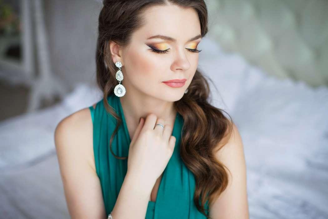 Невеста с прической из распущенных локонов легкой волны, уложенных на бок, с ярким макияжем, на глазах перламутровые желтые и - фото 3338317 Визажист Евгения Андреева