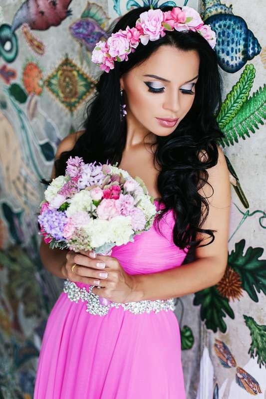 Подружка невесты с розовым веночком на голове в  открытом, с расклешенным низом платье цвета фуксии, с драпировкой на лифе и - фото 3340255 Amici di fiori - флористы