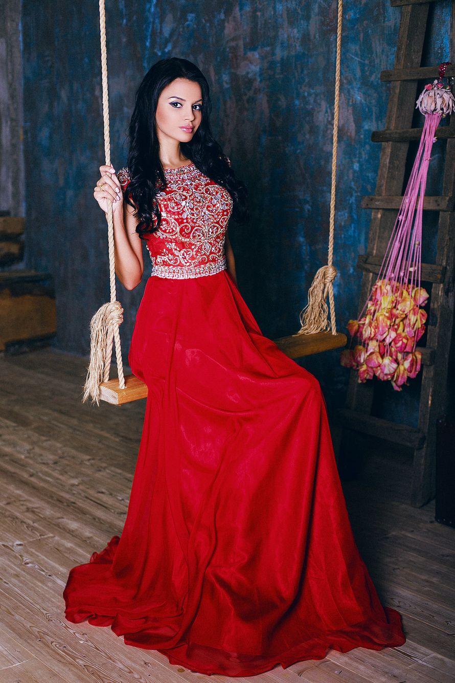 Подружка невесты в длинном красном платье с расклешенным низом, приталенным расшитым лифом без рукава, сидит на качелях  - фото 3340267 Amici di fiori - флористы