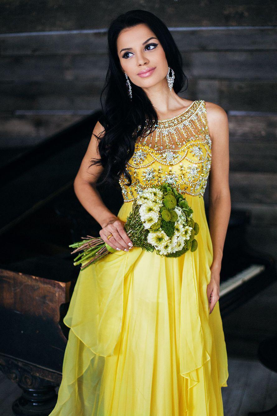 Подружка невесты желтом платье с завышенной талией, расшитым лифом без рукава и круглым вырезом горловины, многослойным низом, с - фото 3340285 Amici di fiori - флористы
