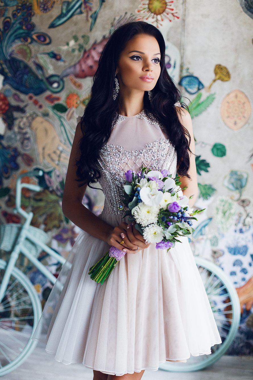 Невеста в пышном коротком платье бежевого цвета с блестками и серебряной вышивкой на корсете  - фото 3340289 Amici di fiori - флористы