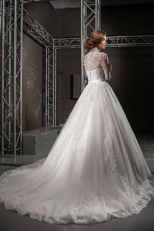 Кружевное пышное платье со шлейфом и поясом на талии, рукава длинной три четверти, на спине ряд пуговиц - фото 3383851 Свадебный салон Regina