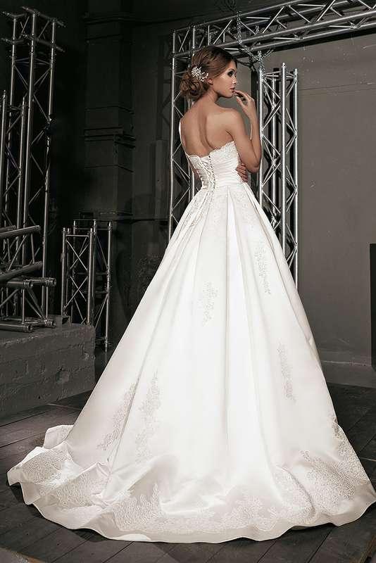 Атласное платье А-силуэта со шлейфом и с вышивкой на подоле - фото 3383863 Свадебный салон Regina