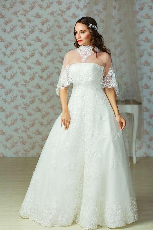 Невеста в кружевном платье А-силуэта с кружевным коротким пончо на плечах  - фото 3401153 Салон Планета свадеб