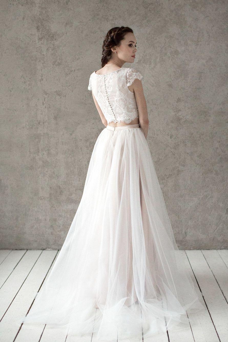 Больше фото:   Свадебное платье «Кира» Цена: 29 900 ₽  Возможные цвета: - молочный - нежно-розовый - светло-персиковый - светло-кофейный - бежевый - припыленно-сиреневый - припыленно-серый  При отсутствии в наличии нужного размера это платье может быть вы - фото 16859084 Piondress - свадебная мастерская платьев