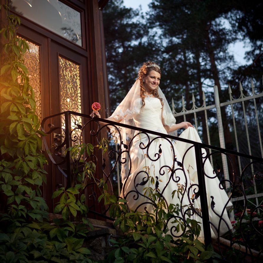 невеста в чулках спускается по лестнице посетитель
