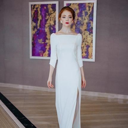 Платье с открытой спиной и украшением