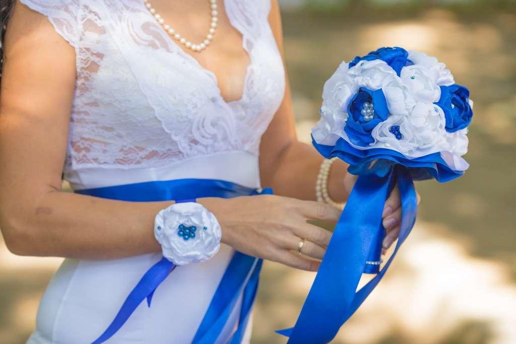 Тканевый букет невесты и браслет-бутоньерка из белых и синих атласных лент  - фото 3523735 Свадебные аксессуары Алены Зенкиной