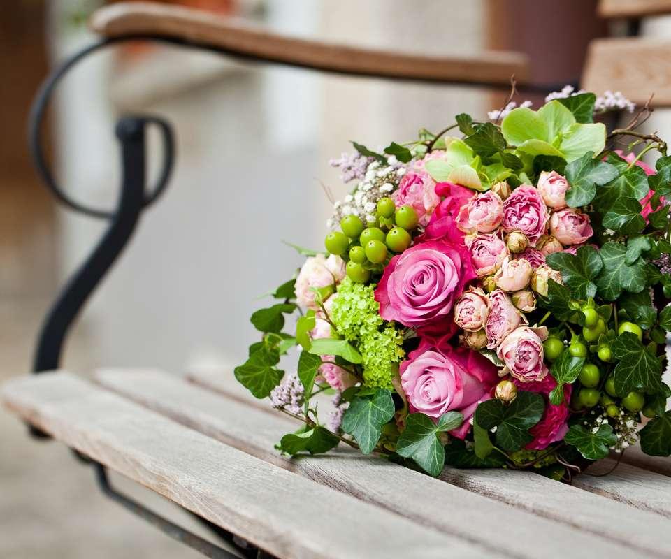 Букет невесты из розовых роз, белой гипсофилы, зеленых ягод гиперикума, вибурнума, геллеборуса и плюща  - фото 3533155 Свадебный флорист-декоратор Кристина Щеглова