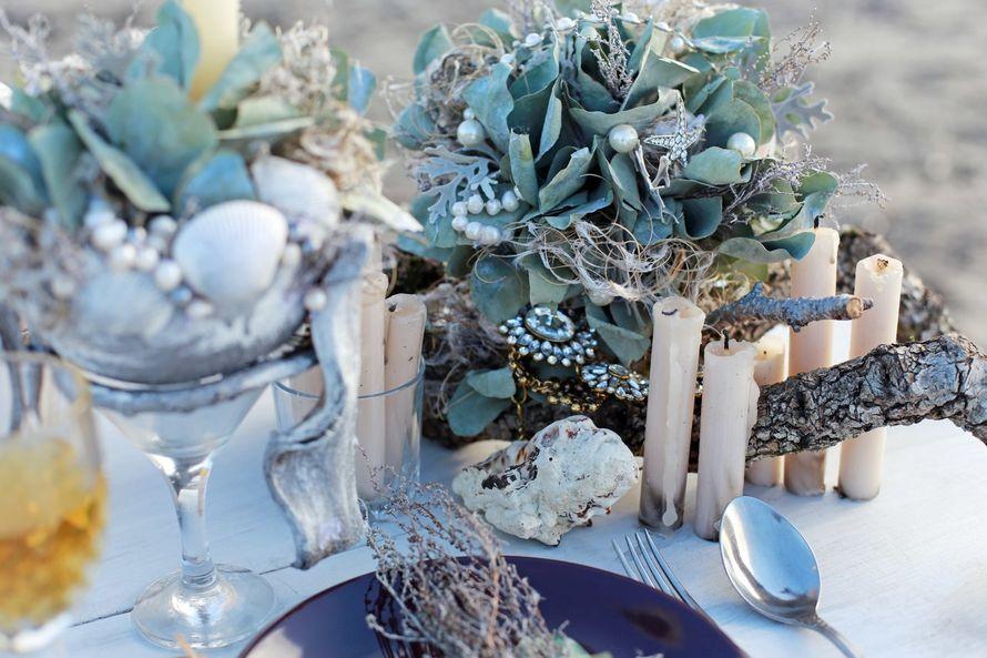 На столе стоит тарелка, свечи, стаканы, салфетка, серая композиция из листьев и бусин - фото 3535867 Rozmarin Gala флористика и декор