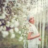 свадебное фото в цветущем саду