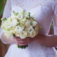Букет невесты с ранункулюсами, розами, гвоздиками