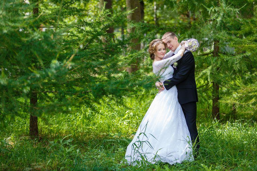 Жених и невеста стоят, прислонившись друг к другу, посреди зеленого леса - фото 3650329 Фотограф Дмитрий Мельников