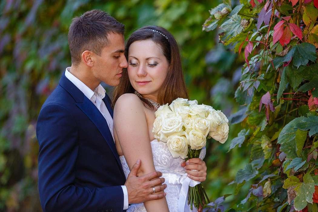 Жених и невеста стоят, прислонившись друг к другу, невеста держит букет белых роз - фото 3650343 Фотограф Дмитрий Мельников